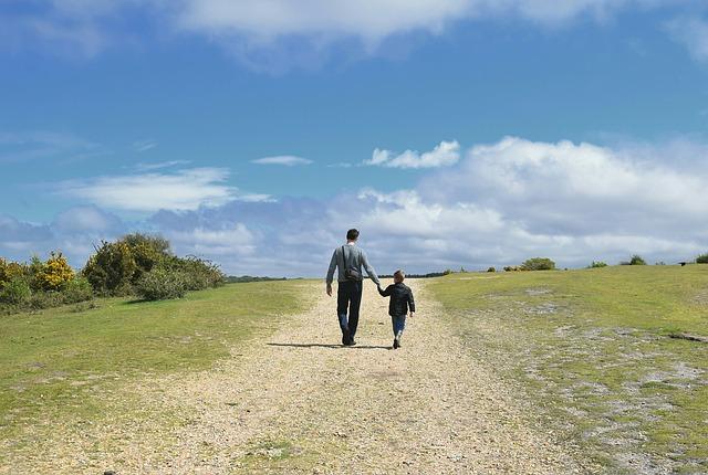 otec se synem na procházce