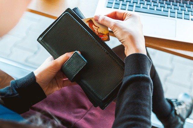 holka s peněženkou