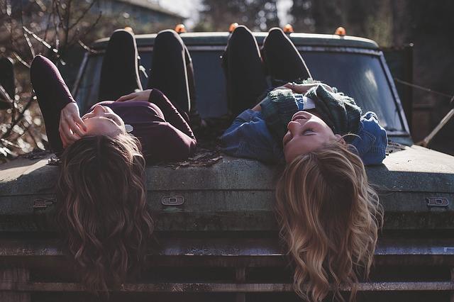 dívky na autě