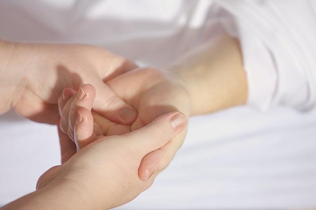 masáž dlaně dítěte