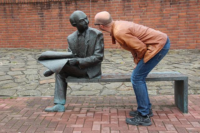 socha a muž