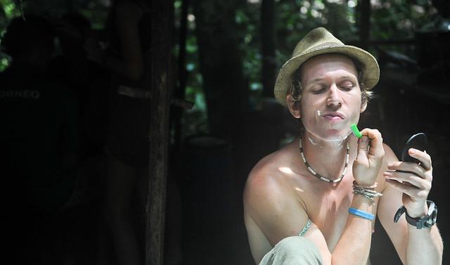 mladý muž a holení