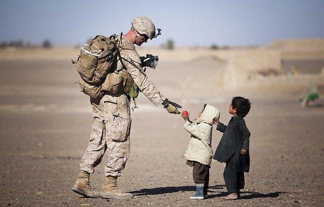 voják a děti