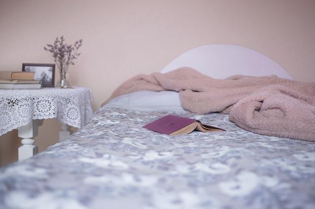 posteľ s knihou a dekou
