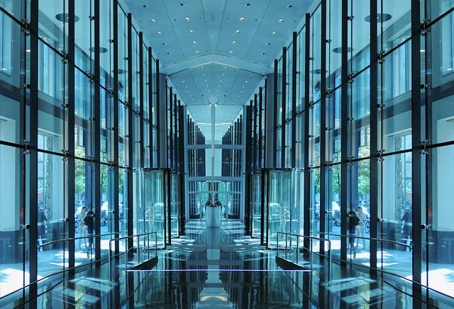 Chodba s presklenými stenami, dverami a stropom.jpg