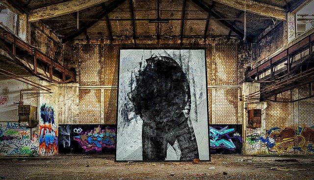 Stará budova s množstvom abstraktných obrazov a grafitov.jpg