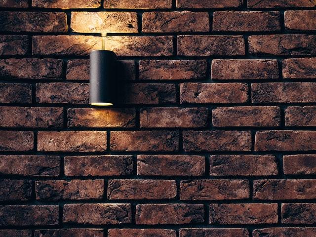 Lampa pripevnená na tehlovej stene.jpg