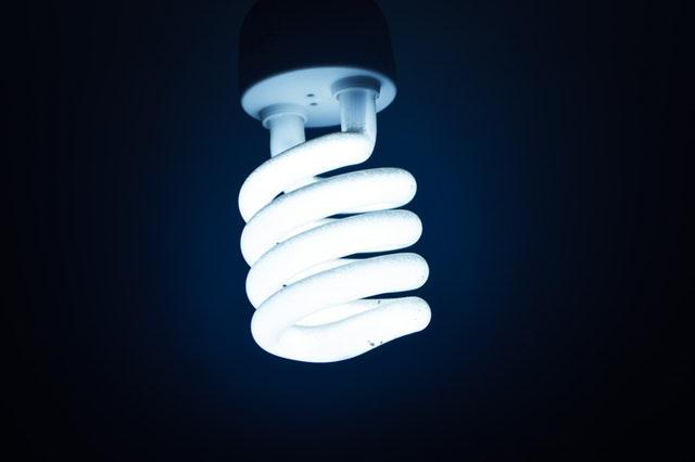 žárovka osvětlená